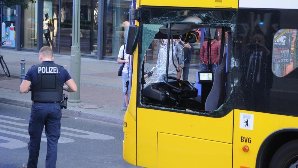 Происшествия: В Берлине мужчина пробил в автобусе стекло, залез внутрь и напал на водителя