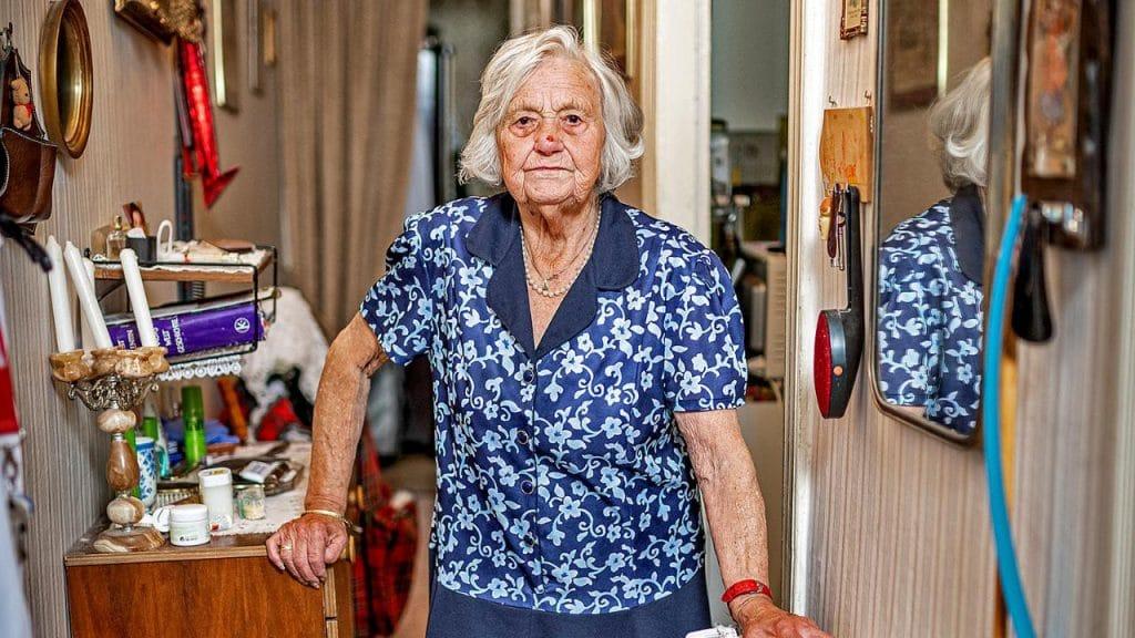 Общество: Немецкая жизнь: 93-летняя пенсионерка вынуждена собирать бутылки