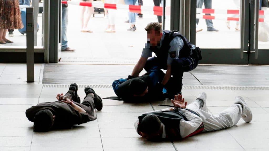 Происшествия: Группа мусульман в белом спровоцировала панику на вокзале Кельна