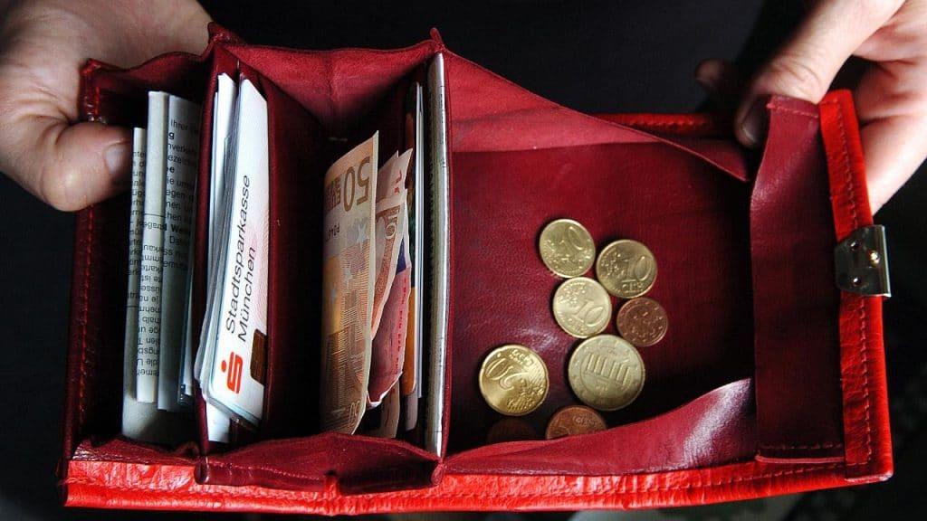 Деньги: Новая таблица заработной платы: в каких отраслях платят больше