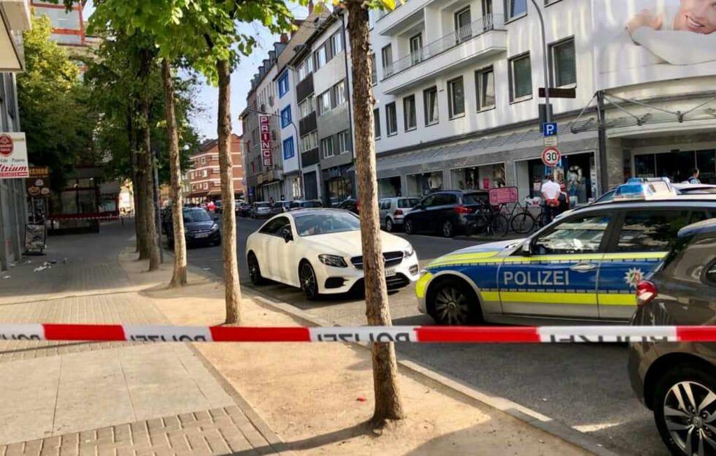 Происшествия: В Кельне неизвестный мужчина напал на прохожего с ножом