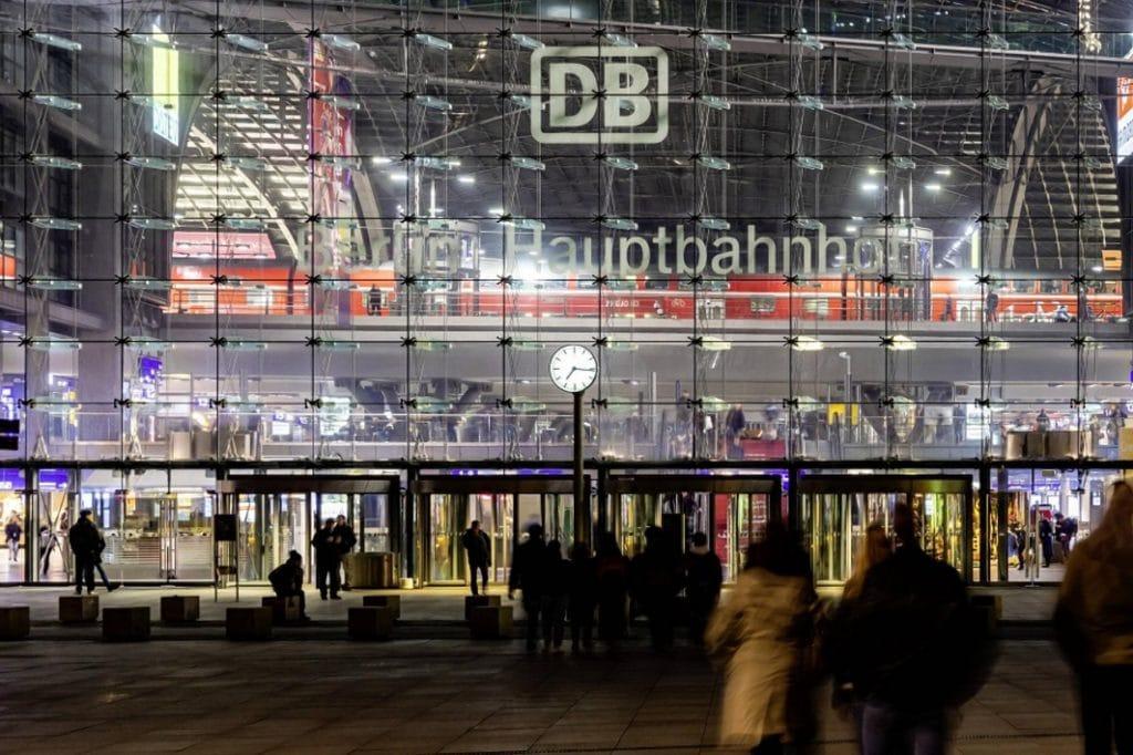 Происшествия: На берлинском вокзале женщина устроила охоту с молотком и ножницами