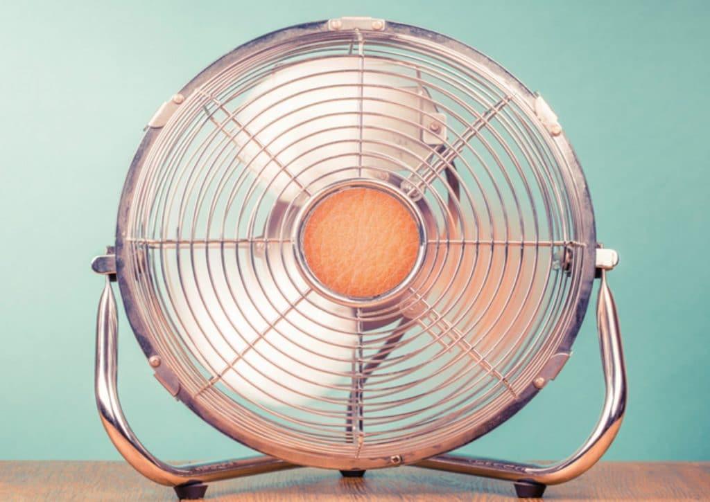 Полезные советы: Почему не стоит спать в комнате с включенным вентилятором