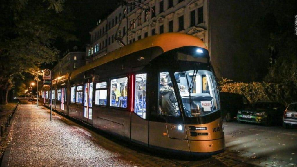 Происшествия: Лейпциг: неизвестный вошел в трамвай и начал душить ребенка
