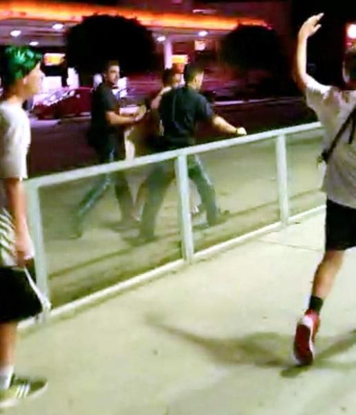 Происшествия: Группа из примерно 100 школьников напала на правоохранителей и окружила полицейский участок