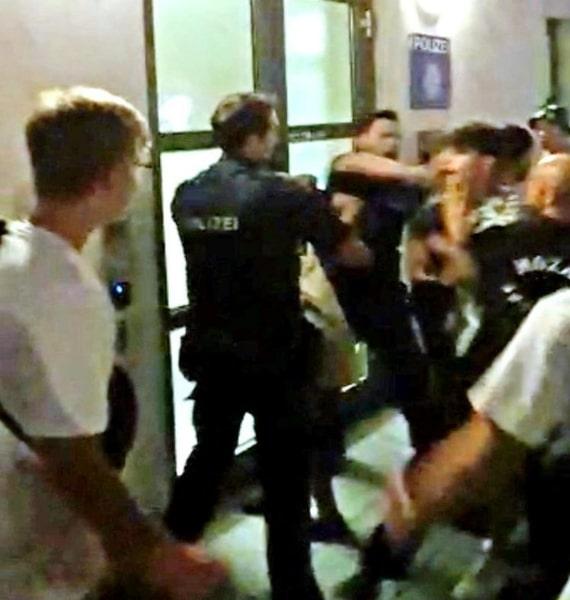 Происшествия: Группа из примерно 100 школьников напала на правоохранителей и окружила полицейский участок рис 2