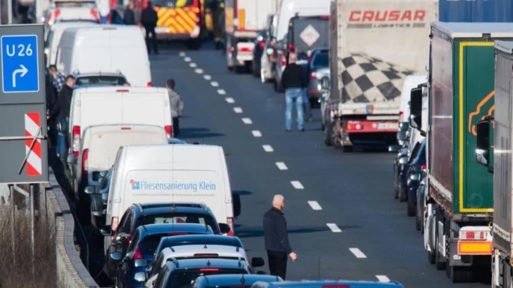 Общество: Каждый шестой километр автобанов в Германии имеет изъяны, влияющие на безопасность и комфорт водителей