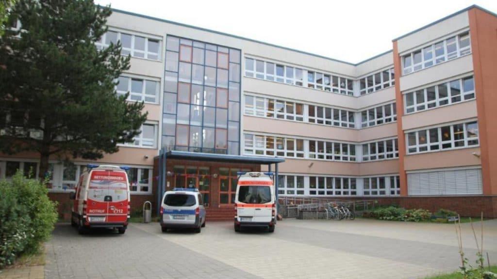 Происшествия: В Ростоке госпитализировали учительницу после того, как на нее напала школьница