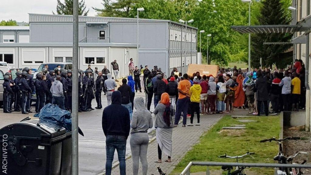 Происшествия: Пожары, нападения и попытки убийства: беженцы все чаще устраивают беспорядки в приютах