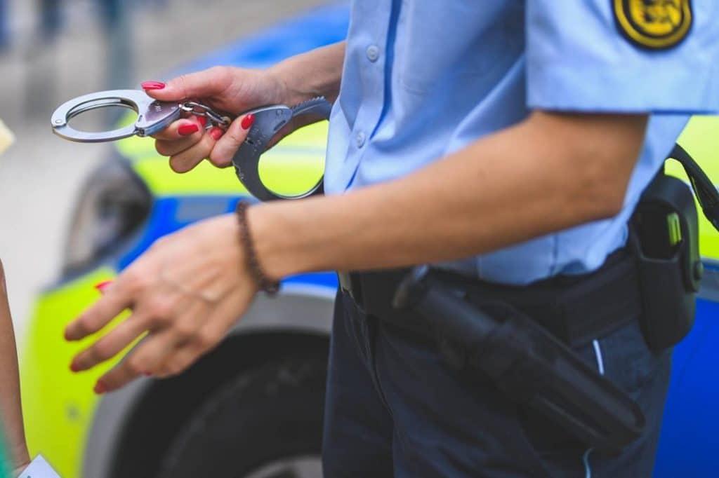 Происшествия: В Баден-Вюртемберге беженец покусал полицейскую и собаку