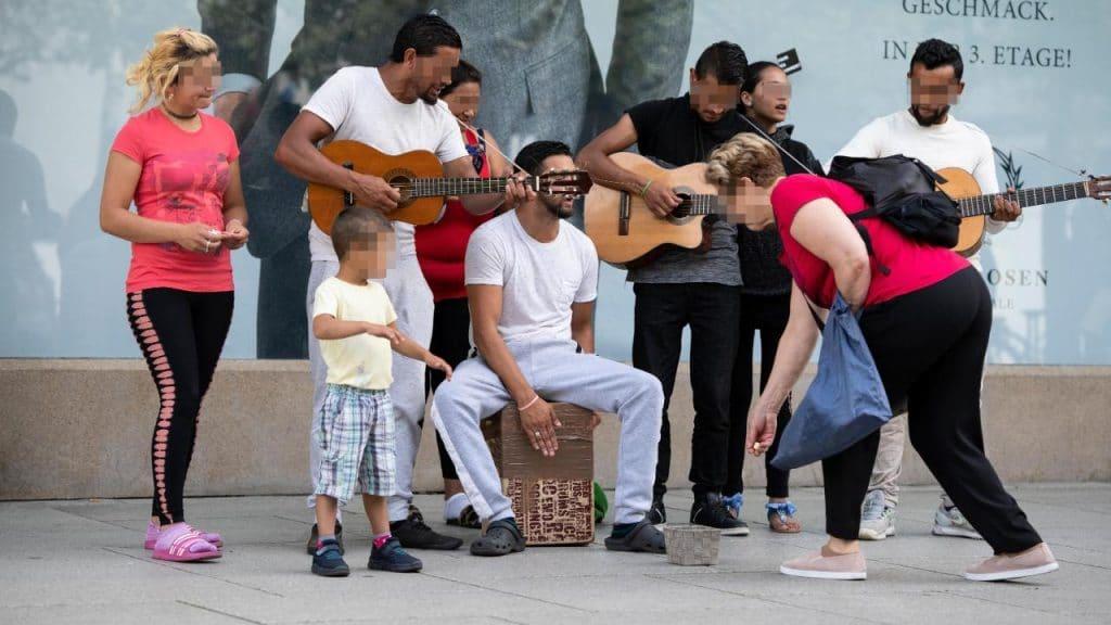 Общество: Уличные попрошайки все чаще используют детей в своих целях