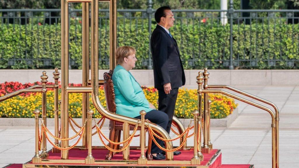 Политика: Любопытная сцена: Меркель не поднялась даже во время звучания гимна
