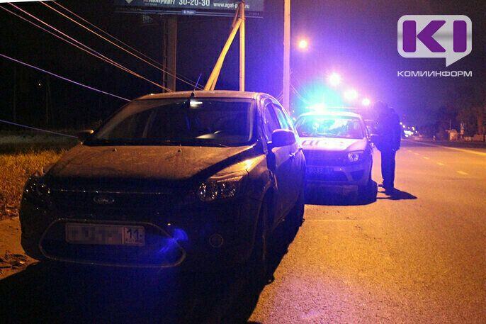 В Сыктывкаре нетрезвый водитель на Volkswagen протаранил опору ЛЭП и гараж